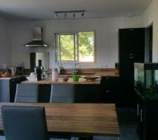Table homemade finie intégrée avec notre cuisine