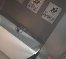 Ambiance tamisée dans la salle de bain grâce aux toiles LED