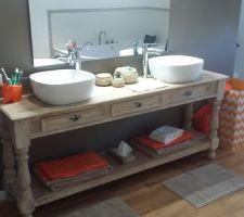 table de drapier transformee en meuble de salle de bain pour acceuillir 2 vasques en procelaine le miroir est fixe sur l arriere de la tete de lit