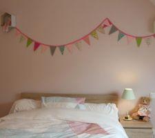 Guirlande maison avec biais rose et papier origami. Petites maisons (Cultura) peintes et intérieur papier origami.