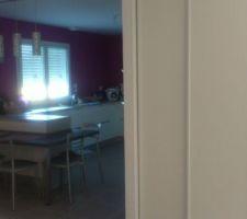 placard dans le salon avec une partie penderie et une partie petites etageres cuisine quasiment terminee niveau decoration