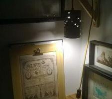 Appliques murales réalisation personnelle (boite de café malongo percées et bombées, cables textiles moutarde avec interrupteur équerre en pin brut - à voir si nous les peignons)