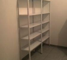 étagères dédiées pour éléments non alimentaires se trouvent face à la porte d'entrée