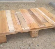 table basse fabriquee avec une palette a peaufiner
