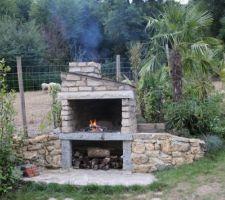Barbecue en meulières et granit