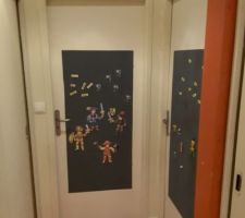 Peinture magnétique sur la porte des gnomes, ...., y'en a mare qu'ils nous scotchent des trucs sur leur portes.....là, c'est plus simple