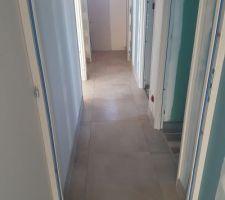 Sol couloir étage avec joints et plinthes