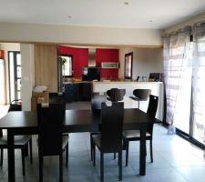 Salle avec vue sur la cuisine