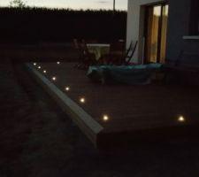 la terrasse eclairee de ses spots