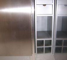 Détail de finition : la baguette alu entre la porte et le meuble..