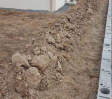 Terre récupérer de la dalle de l'abri bois pour remettre à niveau les 20cm de terre manquant sur le côté des parpaings