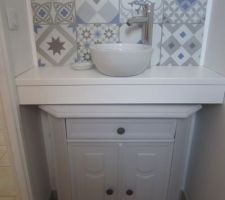 WC rdc : installation d'un plan vasque avec carreaux de ciment Un ancien meuble couleur merisier repeint en gris clair.