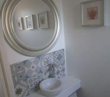 WC rdc : installation d'un plan vasque avec carreaux de ciment Un ancien meuble couleur merisier repeint en gris clair. Miroir du géant suédois.