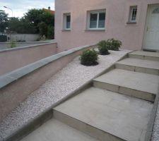 escaliers d acces a l entree et enduit mur droit retenue des terres descente de garage