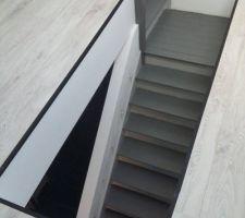 Pour l'escalier, j'ai abandonné l'idée de garder l'aspect bois... l'escalier en bois