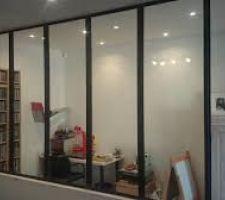 Cloison style atelier qui va séparer le séjour de la cuisine avec une porte coulissante style atelier