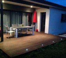 Table et chaises proloisirs. Terrasse en soirée.