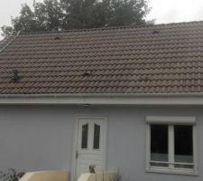nettoyage toit premiere couche de zolpabois gris bleute sur les panneaux bois de la maison
