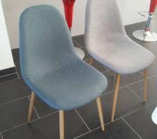 Pour la couleur des chaises nous avons choisit gris et bleu gris  avec les pieds en bois pour suivre avec le reste de notre décoration intérieure !   LEs chaises grises viennent de chez DYA shopping, quant aux 2 chaises bleues grises elles viennent de chez SOSTRENE GRENE  : 39? la chaise ! RAISONNABLE !