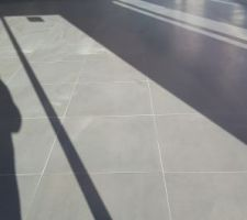 Carrelage avec les plinthes et les joints gris clair