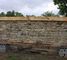 Finition du mur avec une couche de béton pour empêcher la pénétration de l'eau à l'intérieur