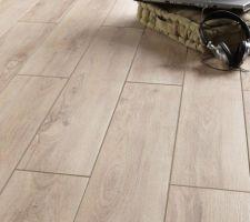 Carrelage pour l'ensemble de la pièce de vie, bureau, et couloir de la maison. Imitation parquet bois clair.
