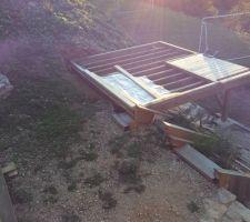 La cabane est implanter et sa terrasse est fini     yes
