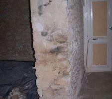 Decoupe du mur de refend à la scie devant le conduit de cheminée....pas de jambage les  pierres tombent...epaisseur du mur restant 15 cm (pierre et terre) 2 étages au dessus.