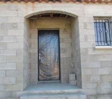 la porte d entree on attendra la fin de la construction pour une photo sans film de protection