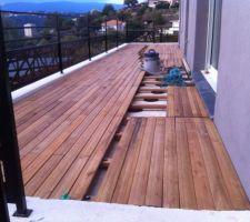 Terrasse sur plot > lambourde et lames en robinier
