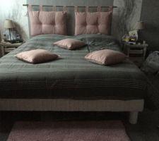 Dernier aménagement de notre chambre avec des touches de couleur vieux rose.