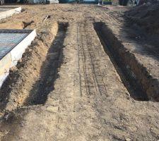 les fondations pour la terrasse commence egalement elle supportera une range de parrain plus finition avant que la terrasse en bois soit installee sur lambourde