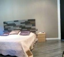 tete de lit realisee avec un parement bois carbone lapeyre