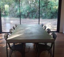 Table béton ciré + pieds fer 250 x 120 cm. Chaises métal anthracite.