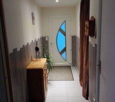 Le hall d'entrée avec un soubassement en lame PVC imitation parquet céruse  de sol collé en soubassement peinture au murs