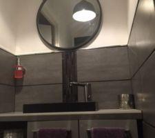 miroir des wc installe en attendant la peinture