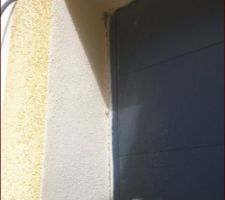 27 aout reparation malfacon de la porte crepis exterieur abime il faudra faire une retouche mais on est contents on peut enfin ouvrir et fermer la porte ici on voit bien l espace en haut a gauche de ce qu il a fallu decaler
