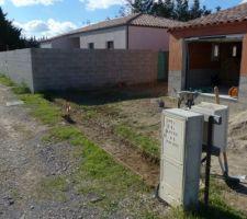 Déplacement du panneau de chantier et du tableau électrique pour finir la tranchée pour les fondations