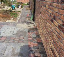 trottoir longeant le jardin depuis la terrasse jusque la limite de propriete sous la palette la cour anglaise qui permet l acces au vide sanitaire