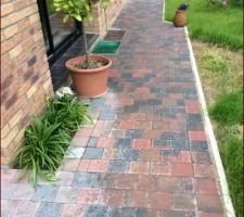 trottoir entre la porte fenetre et le jardin depuis la terrasse des variations de largeur apporte un confort de circulation vers la terrasse