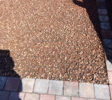 affleurement des dalles a engazonner par endroit en raison de l epaisseur plus importante par rapport a celle des dalles a gravillons initialement prevues
