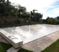 Couverture de sécurité piscine COVERSEAL (solaire). Ne laisse pas passer les feuilles, avec commande à distance.