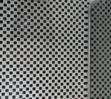 Mosaïque blanche et noire - douche achetée chez Hudson Reed (attention matériel anglais Pb de pas de vis) mais bon rapport qualité prix