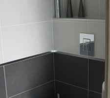 WC invités - on a opté pour les WC et salle de bains le même carrelage blanc et gris foncé séparé par une baguette alu brillante de 2 cm et des frises en mosaïque noir et blanc (pour qui aime la sobriété intemporelle)