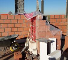 elevation des murs porteurs une bande de diba d etancheite ensuite un tas de bloc ytong en beton cellulaire hydrophobe puis les blocs porotherm de 19mm