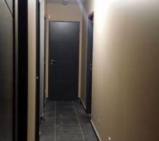 nouvelle du couloir le blanc pur est passe au gris a cause de nos tresors qui ne s empechent pas de laisser trainer leurs mains