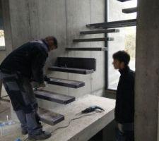 L'escalier suspendu est en cours de pose