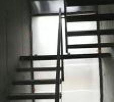 Panoramique verticale de l'escalier intérieur, avec les vitrages remplacés et filmés pour les protéger..