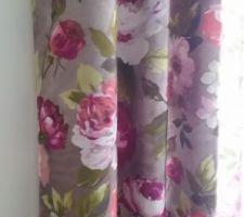Le rideau, raccord avec la tapisserie.