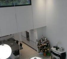 Vue du séjour prise de la mezzanine, spots encastrée dans chaque angle de la pièce et au centre